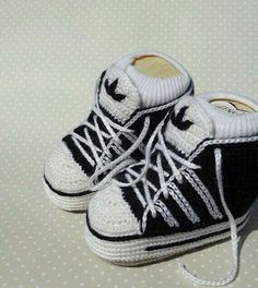 So cute more crochet adidas baby sneakers. Baby Knitting Patterns, Baby Booties Knitting Pattern, Knitted Booties, Crochet Baby Booties, Baby Blanket Crochet, Knitting Charts, Crochet Beanie, Adidas Baby, Baby Converse