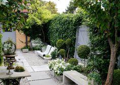 Tyylikäs tunnelma puutarhaan syntyy taidokkailla kasvivalinnoilla, harkituilla muodoilla ja riisutulla värimaailmalla.