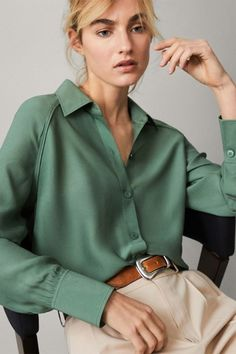 Elegant women's shirts & blouses this Spring/Summer 2020 at Massimo Dutti. Find modern plain or printed shirts and blouses in linen, poplin, cotton or leather. Satin Blouses, Shirt Blouses, Blouse Styles, Blouse Designs, Look Fashion, Fashion Outfits, Fashion Beauty, Blouse Outfit, Collared Shirt Outfits