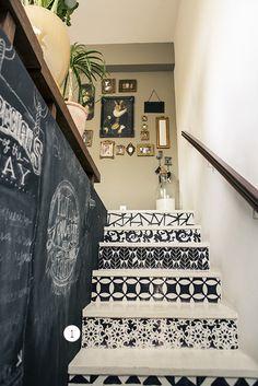 Os arabescos na escada são adesivos que eles mesmo desenharam e colaram