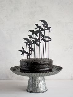 """""""The Birds"""" cake topper - would make a great Halloween Party cake Bolo Halloween, Easy Halloween Crafts, Halloween Decorations, Halloween Party, Adult Halloween, Witch Party, Halloween 2020, Halloween Treats, Cupcakes"""