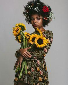 """blackgrlsaremagic: """"IG: @queenof_freckles """" / rivièred'ocre / afro / fleurs / robe / visage / photoportrait"""