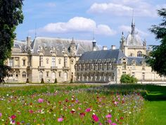 A beautiful view of the château of Chantilly. Chantilly France, Chantilly Chateau, Travel Around The World, Around The Worlds, Colonial Mansion, French Castles, France 2, Fairytale Castle, French Chateau