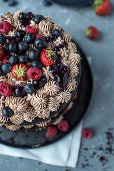 Schoko-Beerentorte: Midsommar im Obstgarten ⋆ Knusperstübchen Vegan Sweets, Acai Bowl, Wedding Cakes, Baking, Breakfast, Desserts, Recipes, Food, Drinks