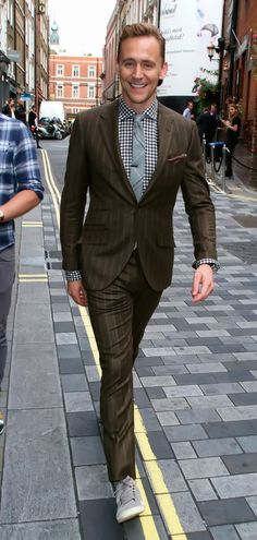 Tom Hiddleston seen out and about in London's Soho on September 3, 2015. Full size photo: http://i.imgbox.com/hYx1W1BI.jpg Source: Torrilla, Weibo