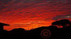 ...un cielo che toglie il respiro...e lascia un sorriso di gioia http://i-live-in-tuscany.blogspot.it/2014/12/cielo-nubi-tramonto-pontedera-toscana.html
