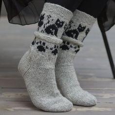 Garnpakken inneholder oppskrift og nok garn til 1 par sokker i største størrelse. Skostørrelse: 34/36 – 38/39 – 43/44 Bf. 03110… Crochet Socks, Knitted Slippers, Slipper Socks, Knit Mittens, Mitten Gloves, Knitting Socks, Baby Knitting, Knit Crochet, Knit Shoes