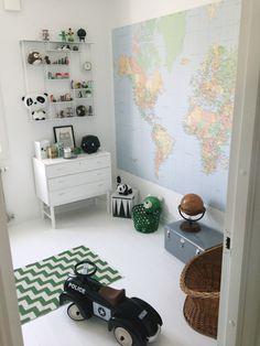 Dormitorio niños con mapa mundi