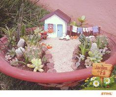 A Vera Lúcia Camargo Cláudio, de Poços de Caldas (MG), uniu seu talento em artesanato e sua paixão pela jardinagem para criar um belo minijardim. Ficou muito lindo! ❤