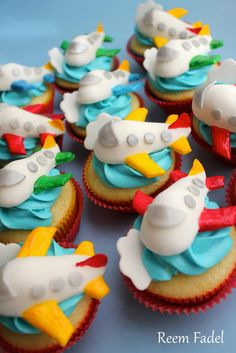 Planes Birthday Cupcakes Learn how to create your own amazing cakes… Airplane Cupcakes, Kid Cupcakes, Themed Cupcakes, Birthday Cupcakes, Cupcake Cookies, Decorated Cupcakes, Airplane Party, Cupcake Toppers, Beautiful Cake Pictures