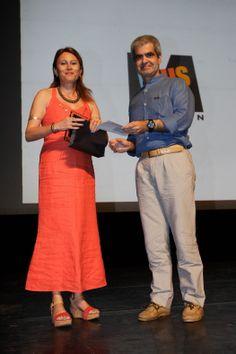 """Η Κλειώ Ζαχαριάδη, διευθύντρια Marketing των Εκδόσεων ΨΥΧΟΓΙΟΣ παραλαμβάνει το βραβείο εφηβικής λογοτεχνίας για τη συγγραφέα  Γλυκερία Γκρέκου και το βιβλίο της """"Η μοναξιά των συνόρων""""."""