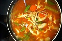 Rezept für gesunde Hühnersuppe - meinefamilie.at  Hühnersuppe ist nicht nur lecker, sondern auch gut bei Erkältungskrankheiten. Ein Rezept für die klassische Hühnersuppe und Variationen mit Einlagen.  #rezepte #gesund #hühnersuppe #hendlsuppe #erkältung #erkältungszeit #vitamie #healthy #healthylunch #hühnerfleisch #winter #rezeptemithuhn #meinefamilie_at Thai Red Curry, Ethnic Recipes, Winter, Food, Recipes With Chicken, Healthy Chicken Soup, Kaiserschmarrn, Kid Cooking, Complete Nutrition