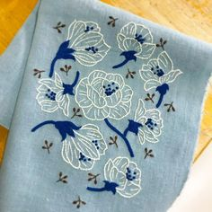 #樋口愉美子のアップリケ刺しゅう #Classic Flowers#樋口愉美子 さーむーいー( ´༎ຶㅂ༎ຶ`) 今日は雨で寒くてストーブつけちゃってますよ 樋口愉美子さんのアップリケ刺繍の図案でしたが、普通に刺繍してみました