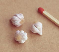 A set of 3 polymer clay garlic heads. Perfect for a dollhouse or as a prop for your vampire hunter BJD. Miniature Crafts, Miniature Fairy Gardens, Miniature Food, Miniature Dollhouse, Diy Doll Miniatures, American Girl Diy, Mini Things, Small Things, Doll Food