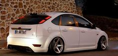 White Low rider Ford Focus mk2 tuning double exhaust and big rims