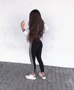 instagram mädchen sport adidas jacke sitzt auf boden