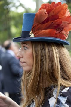 Espectacular Julia Urgel con chistera de Mimoki Fancy Hats, Cool Hats, Wedding Guest Looks, Love Hat, Hat Making, Headgear, Costume, Headdress, Fashion Photo