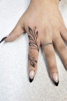 Finger Tattoos: Simple Yet Unique Designs At Your Fingertips Cool Finger Tattoos, Simple Finger Tattoo, Simple Henna Tattoo, Finger Tattoo For Women, Finger Henna, Simplistic Tattoos, Finger Tattoo Designs, Henna Tattoo Designs, Tattoo Ideas