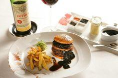 """FleurBurger 5000. Precio: $ 5000 Ubicación: Fleur de Lys en el Mandalay Bay en Las Vegas, NV. Características especiales: La hamburguesa contiene """"foie gras, una salsa especial de trufa, y se sirve en un pan de brioche de trufa con trufas negras a los lados"""". Se acompaña  """"con una botella de Chateau Petrus 1990 y se sirve en copas de Ichendorf Brunello""""."""