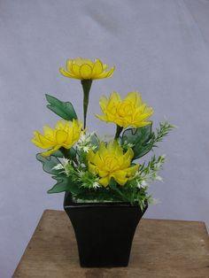 """""""Cúc, tượng trưng cho sự kết tụ mà không rối rắm. Những cánh hoa nhỏ nhắn kết lại với nhau như một sự liên kết bền chặt của tình đoàn kết, của tình dân tộc. Ngoài ra, trong tiết Thu êm đềm, Cúc tuy có hơi rực rỡ nhưng cũng không tranh chấp nét đẹp cùng với Mẫu Đơn hay hoa Hồng. Đó lại càng là cốt cách của chính nhân quân tử: Biết đoàn kết, sống chan hòa không ganh đua."""" --- Giá: 187,000đ - Mã số: TB-03"""