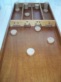 Sjoelbak.....Shuffle Board.....altijd op oudejaarsavond.  Wou dat ik de onze nog had - ze zijn nu onbetaalbaar!
