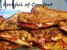 Pizza Grilled Cheese: 4 slices of bread buttered, 4 slices of mozzarella cheese, Italian seasoning or basil, Parmesan cheese, & pizza sauce for dipping. This sounds & looks yum! Think Food, I Love Food, Good Food, Yummy Food, Healthy Food, Tasty, Great Recipes, Favorite Recipes, Easy Recipes