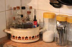 Panela de esmalte, garrafas para guardar temperos, frascos de café para guardar sal e talheres antigos (foto 2)