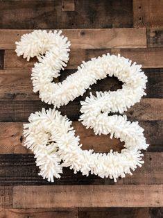 DIY Yarn Garland - Bower Power - diy and joy Diy Yarn Garland, Diy Yarn Decor, Garlands, Diy Yarn Ornaments, Crochet Garland, Tassel Garland, Yarn Projects, Diy Craft Projects, Christmas Yarn