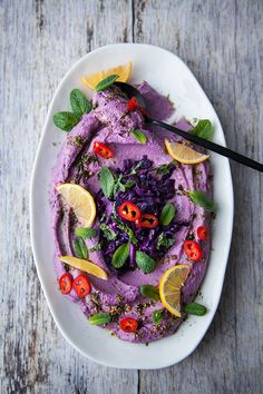 An original hummus, all purple, garnished with tasty ingredients to put a little more colors on the menu! Quick Recipes, Summer Recipes, Vegan Recipes, Gluten Free Puff Pastry, Vegan Appetizers, Raw Vegan, Clean Eating Snacks, Hummus, Italian Recipes