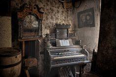 In Perfect Harmonium Tim Burton, Ivy, Gothic, Poetry, Walls, Bohemian, Interiors, Urban, Dark