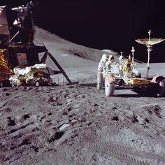 アポロ15号のデービッド・スコット(David Scott)船長が撮影した、月面車(Lunar Roving Vehicle)で作業するジェームズ・アーウィン(James Irwin)宇宙飛行士(1971年7月31日撮影)。(c)AFP/NASA