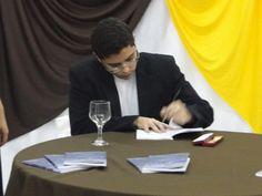 O #escritor #MatheusLCarvalho autografando seu #livro #OValeDosLobos.