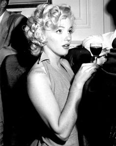 """Marilyn at the Sherry-Netherland Hotel in New York promoting the film """"Monkey Business"""", August Golden Age Of Hollywood, Hollywood Glamour, Classic Hollywood, Old Hollywood, Robert Mapplethorpe, Annie Leibovitz, Divas, Richard Avedon, Hotel A New York"""