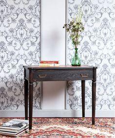 #mesa #escritoroo #comsola #recibidor #blackdesign #diseñodeinteriores #decoracion #homedecor #mueblesantiguos #mesaauxiliar #salon #comedor #hall #mueblesnegros #mueblespintados #tendeciasdeco #papelpared Entryway Tables, Furniture, Home Decor, Old Desks, Antique Furniture, Black Furniture, Antique Wood, Walnut Wood, Small Condo