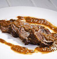 Teplo, víno a kořenová zelenina dokáží kulinářské zázraky. Ne náhodou by vám dlouho dušené hovězí po florentýnsku mohlo připomenout českou rajskou omáčku s masem a knedlíky. Rozdíly tu však jsou. V Toskánsku do něj přidávají červené víno a chuť omáčky se stává plnější i tím, že se velmi... velmi dlouho dusí. Korn, Steak, Beef, Vietnam, Indie, Meat, Steaks