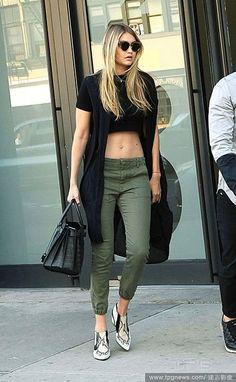 a47c6f8ec533e4 Gigi Hadid in army green cropped pants