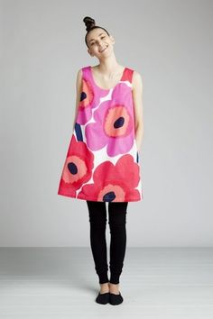 Such a great dress by Marimekko--but it's the topknot that makes the look. (from Eleish van Breems) Slow Fashion, Girl Fashion, Autumn Fashion, Womens Fashion, Fashion Design, Marimekko Dress, Marimekko Fabric, 1960s Fashion, Vintage Fashion
