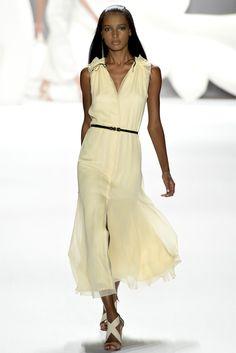 Guarda la sfilata di moda Carolina Herrera a New York e scopri la collezione di abiti e accessori per la stagione Collezioni Primavera Estate 2013.
