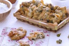 Le frittelle di capperi sono degli sfiziosi antipasti realizzate con capperi freschi che  conferiscono un sapore deciso alla preparazione.