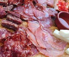 ANTIPASTO UMBRO piatto tradizionale della regione Umbria, con diverse specialità tipiche locali che variano a zona a zona. Trattasi principalmente di un piatto misto di salumi, formaggi e qualche crostino. Si compone generalmente di una o più fette di prosciutto, salame, capocollo, lonza o salsiccia, associate con formaggio pecorino o caprino. #CucinaItaliana#ProdottiTipici#PiattiItaliani#PiattiTipiciRegionali #CiboItaliano #CarnevaliLuigi https://www.facebook.com/IlBuongustaioCurios
