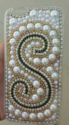 Idéias Laços Valentina  *Crédito à artesã Girly Phone Cases, Diy Phone Case, Iphone Phone Cases, Diy Mobile Cover, Thali Decoration Ideas, Pearl Crafts, Crafts For Seniors, Bead Crochet Rope, Jewelry Making Tutorials
