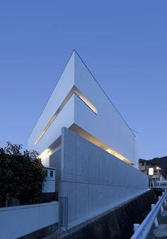 持出し壁を活かした白い家 04/23 Stairways, Villas, Facade, Opera House, Minimalism, Houses, Building, Architecture, Stairs