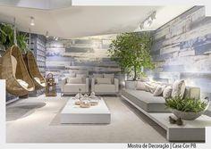 O lounge de entrada da @casacorparaiba foi projetado pelas arquitetas Ana Flávia Menezes Amanda Holanda e Mariana Lucena. O destaque ficou por conta das poltronas suspensas e do revestimento Ecovilla. Via @decortiles . Arquiteturade #arquiteturadecoracao #olioliteam #oliolinatal #adsala #admostra http://ift.tt/1U7uuvq arqdecoracao arqdecoracao @arquiteturadecoracao @acstudio.arquitetura