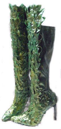 I neeeeeddddd these! You just make them dummy, old boots n faux poison ivy n spray paint style glue. Poison Ivy Cosplay, Posion Ivy Costume, Poison Ivy Kostüm, Poison Ivy Halloween Costume, Poison Ivy Makeup, Halloween Cosplay, Cosplay Costumes, Halloween Costumes, Disney Halloween