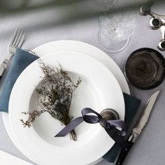 DIY New Year& Eve Table Setting. DIY New Year's Eve Table Setting. Create a festive modern and easy table setting perfect for ringing in the New Year. New Years Eve Table Setting, Easy Table, Festive, Table Settings, House Design, Table Decorations, Create, Architecture, Modern