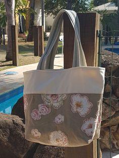 Bolsa de lona feminina. Aplicação em flores. Forrada, com bolso interno e fechamento em ziper. Presente ideal. Professores