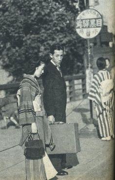 戦前~戦後のレトロ写真(@oldpicture1900)さん | Twitter 雰囲気有りますネ〜… 今, 若い人がこういう格好したら却ってカッコイイかも… Photos Du, Old Photos, Vintage Photos, Cultura General, Showa Era, Aesthetic Japan, Japan Photo, Japanese Outfits, Tokyo Japan