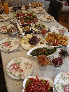 Bu gün yine bir kahvaltı sofrasında ailece bir aradaydık. Uzun bir aradan sonra yeniden kahvaltı sofrası hazırladım. Bahsettiğim gibi ka... Iftar, Breakfast Presentation, Turkish Breakfast, Party Food Platters, Arabian Food, Brunch, Tumblr Food, Food Carving, Food Snapchat