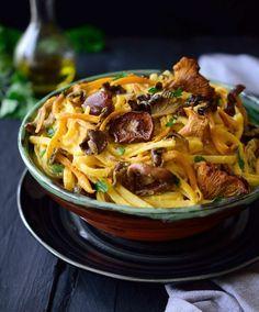 Esta pasta con salsa de calabaza y setas silvestres es una receta fácil, saludable y totalmente vegana, repleta de sabores otoñales.