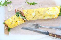Lekker als lichte lunch. Deze Italiaanse omelet wrap is een wrap van eieren, met Italiaanse kruiden en Parmezaanse kaas en gevuld met Parmaham en rucola.